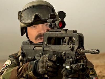 Sticker soldat risitas sans fond famas france usa russie urss armes arme armee de terre gign camouflage intervention troufion